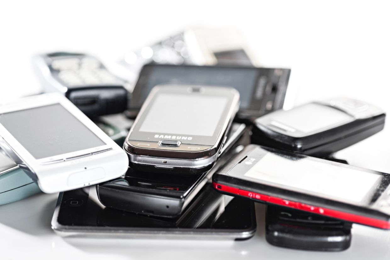 Unused smartphones weigh more than 54 Boeing 747-8 airplanes