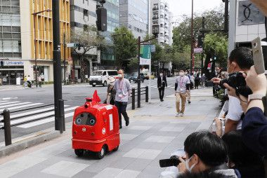 Mail delivery robot makes test run on Tokyo road